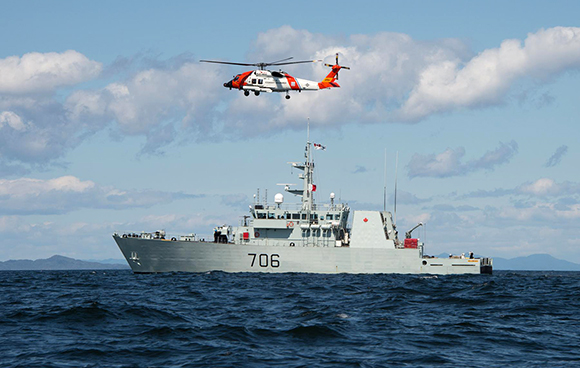 Her Majesty's Canadian Ship (HMCS)Yellowknife conducts Hoist Ex with United States Coast Guard Helicopter during a Maritime Security Patrol on 27 May 2015.