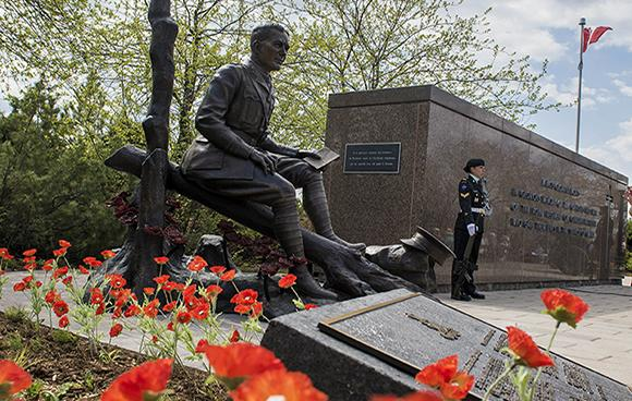 A statue of Lieutenant-Colonel John McCrae – Soldier, Doctor and Author of In Flanders Field, was unveiled at the National Artillery Memorial on Green Island on May 3, 2015, in Ottawa, Ontario. The statue was commissioned by The Royal Regiment of Canadian Artillery (RCA) and produced by internationally renowned Canadian sculptor Ruth Abernethy.    Photo credit: Corporal Carbe Orellana Canadian Forces Support Unit (Ottawa) – Imaging Services © 2015 DND-MDN, Canada SU15-2015-0625-003