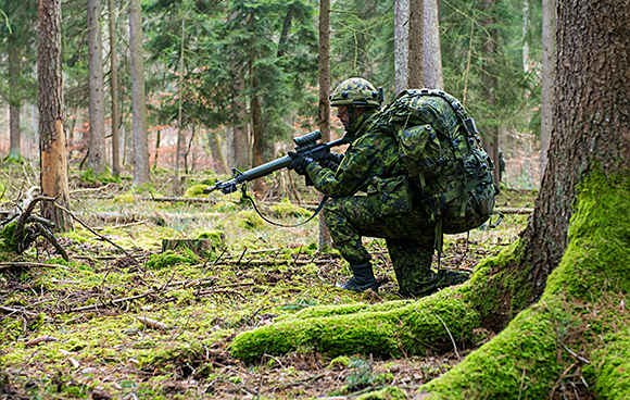 A member of the Reconnaissance Platoon from 3rd Battalion, The Royal Canadian Regiment (3 RCR) secures the area while conducting an air mobile reconnaissance screen for Exercise ALLIED SPIRIT I in Germany on January 16, 2015 as part of Operation REASSURANCE.Photo: Land Task Force - OP Reassurance, DND TN2015-0009-C0034