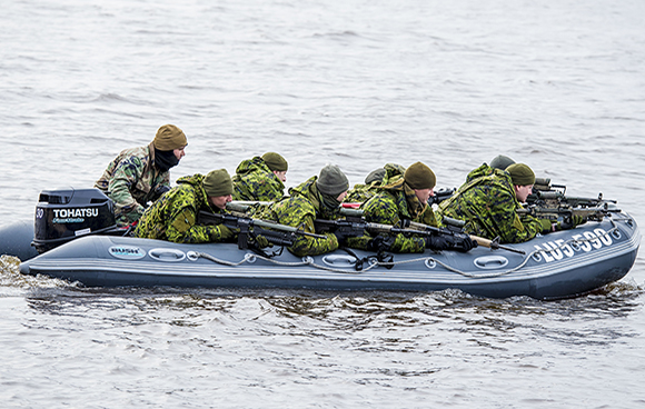 Members of 3rd Battalion, The Royal Canadian Regiment (3 RCR) rehearse a beach landing with the Latvian Army during Exercise SUMMER SHIELD XII in Adazi, Latvia on March 22, 2015. Photo: Land Task Element, DND TN2015-0009-C0191