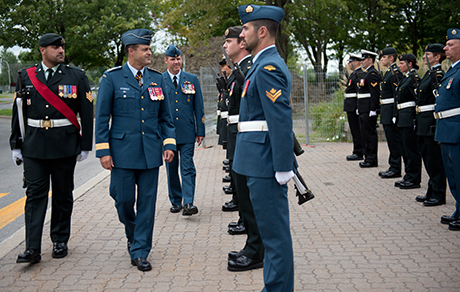 Upon arrival to the Saint-Jean Garrison, General Lawson was welcomed by an honor guard composed of Canadian Forces Leadership and Recruit School staff members.