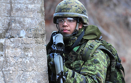 A soldier from 36 Territorial Battalion Group (36 TBG) participates in urban operations training during Exercise STEEL TITAN within the Halifax Regional Municipality in Nova Scotia on January 25, 2015. Photo: WO Jerry Kean, 5 Division, Public Affairs