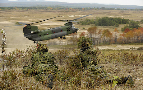 A fire base team from 1st Battalion Royal Canadian Regiment provides cover for the landing of a CH-147F Chinook helicopter from 450 Tactical Helicopter Squadron during an air assault demonstration as part of Exercise Collaborative Spirit on September 29, 2014 at Garrison Petawawa, Ontario.Photo: Sgt Jean-Francois Lauzé, Garrison Imaging Petawawa