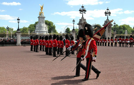 The members of the Royal 22e Régiment mount the guard at Buckingham Palace in London, United Kingdom, Monday July 14th 2014. It is the second time the Regiment mounts the London guard, but it is will be the first time that both the sentry instructions and drill commands will be given in French. This historical event is part of the commemorative activities of the centennial anniversary of the Royal 22e Régiment. Photo:Corporal Stevens Antonuk, Public Affairs Office, 2nd Canadian Division.