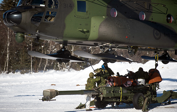 Members from 5e Regiment d'artillerie légère du Canada complete hook up and marshaling operations of a M777 Howitzer artillery piece on a CH-147 Chinook helicopter during Exercise RAFALE BLANCHE on January 21, 2015 in the training areas of CFB Valcartier. Photo: Corporal Nicolas Tremblay, Valcartier Imaging Section