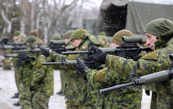 Canadian soldiers practice their shooting skills during Operation UNIFIER, Canada's military training mission to Ukraine, at the International Peacekeeping and Security Centre (IPSC) in Starychi, Ukraine on December 30, 2015. Photo: Joint Task Force Ukraine, DND AK51-2016-001-02