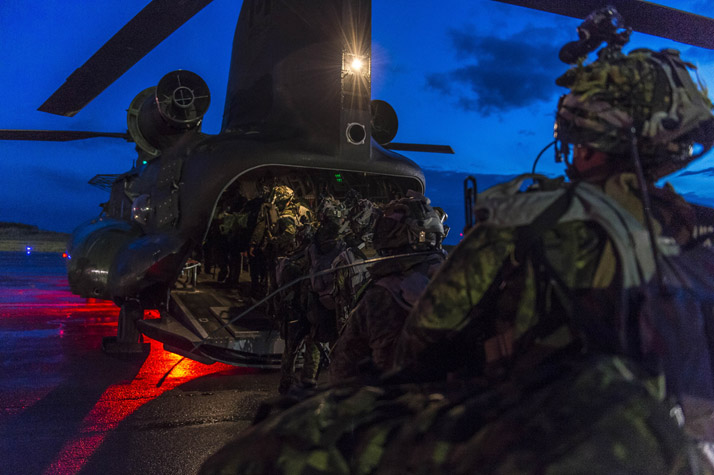 Infantrymen from the 3rd Battalion, Princess Patricia's Canadian Light Infantry board a CH-147F Chinook helicopter at Airfield 21, Wainwright, Alberta during Exercise MAPLE RESOLVE 16 on May 29, 2016. Photo: Master Corporal Jonathan Barrette, CF Combat Camera IS04-2016-0003-048