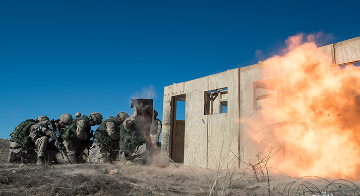 5e Régiment de génie de combat engineers and 2e Bataillon Royal 22e Régiment infantry take cover behind a protective blanket during breaching with explosives training during RIMPAC 2016 at Camp Pendleton in San Diego, California on July 17, 2016.