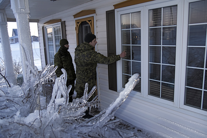 Members of 4th Artillery Regiment (General Support) conduct door to door checks in the Lamèque New Brunswick area to ensure residents are safe during Operation LENTUS in the Acadian Peninsula of New Brunswick on January 30, 2017. Photo: WO Jerry Kean, 5th Canadian Division Public Affairs IS66-2017-0002-108