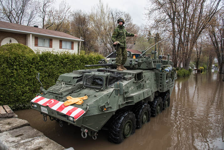 A Canadian Army member watches the dam in Pierrefonds, Quebec, during Operation LENTUS on May 11th, 2017. Photo: Cpl Djalma Vuong-De Ramos LS03-2017-1105-2