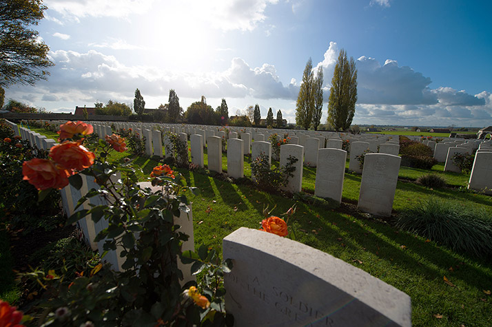 Cimetière commémoratif Tyne Cot à Passchendaele, en Belgique, le 5 novembre 2017. Photo : Caporal Brandon James Liddy, Caméra de combat des Forces canadiennes IS17-2017-0001-011