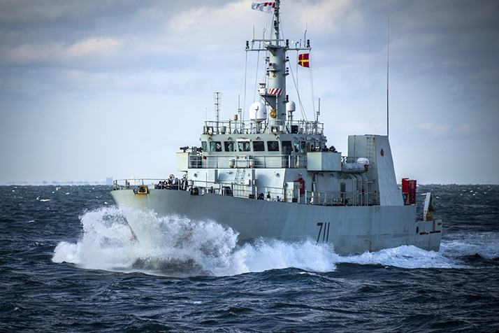 Le Navire canadien de Sa Majesté Summerside s'approche du Navire canadien de Sa Majesté Glace Bay lors d'un ravitaillement en mer dans l'océan Atlantique au cours de l'exercice BOLD ALLIGATOR, le 26 octobre 2017. Photo : Caporal Trevor Matheson, Services d'imagerie de la 14e Escadre GD08-2017-0639-001