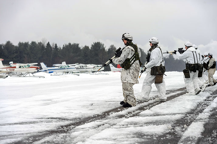 Members from 3rd Battalion, Royal 22e Régiment and the Polish 18th Airborne Battalion participate in Exercise PEGASE NORDIQUE at Lac-à-la-Tortue à Shawinigan, Québec on February 20, 2018. Photo: Caporal Matthieu Racette, Valcartier Imaging Services VL11-2018-0021-011