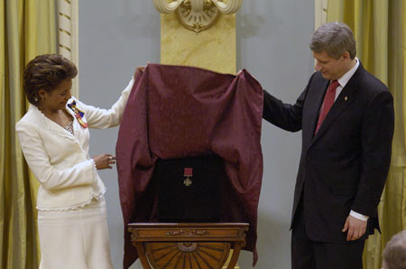 Her Excellency the Right Honourable Michaëlle Jean, CC, CMM, COM, CD, Governor General and Commander-in-Chief of Canada and The Right Honourable Stephen Joseph Harper, PC, MP, Prime Minister of Canada, unveil the Canadian Victoria Cross, Rideau Hall, 16 May 2008.