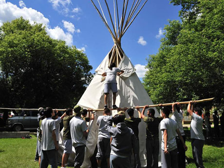 Construction d'un tepee lors de la portion « camp culturel »