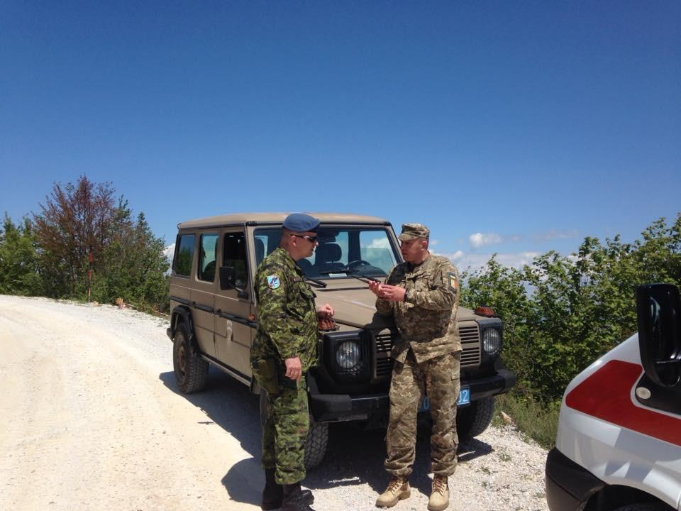 Lcol Lefebvre in discussions with UKR Maj Burnov on Mt Cviljen during an EOD Site Survey on the mountain.  (Photo: Maj Bussler)