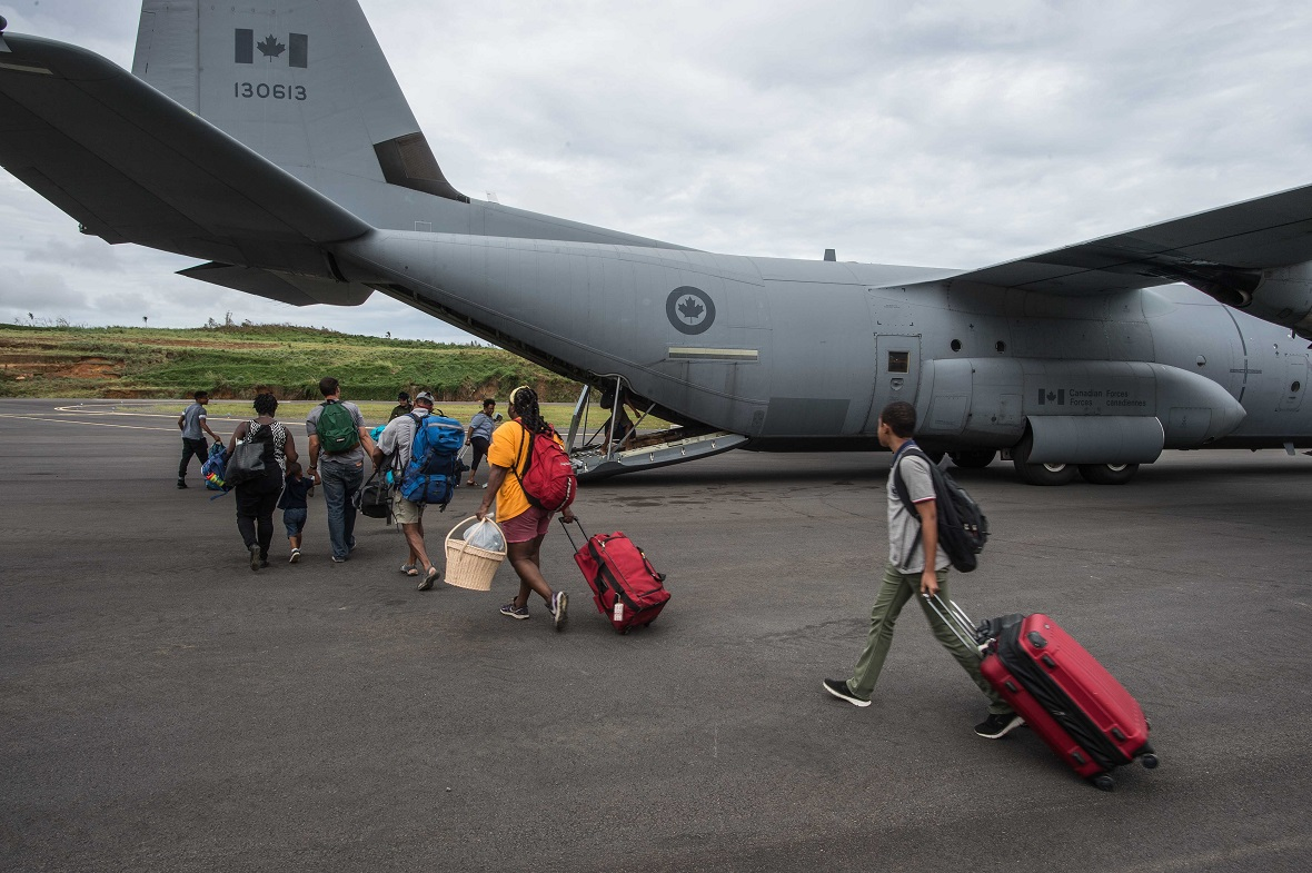 The crew of a CC-130J Hercules aircraft prepares for the boarding of Canadian refugees in Dominica, as part of Operation RENAISSANCE IRMA after Hurricane Maria, September 29, 2017. Photo: Corporal Gary Calvé