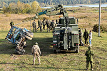 Operation UNIFIER. October 20, 2016. Ukrainian Armed Forces students and Canadian instructors of Joint Task Force – Ukraine practice vehicle recovery at the International Peacekeeping and Security Centre in Starychi, Ukraine. (Photo: Joint Task Force – Ukraine)