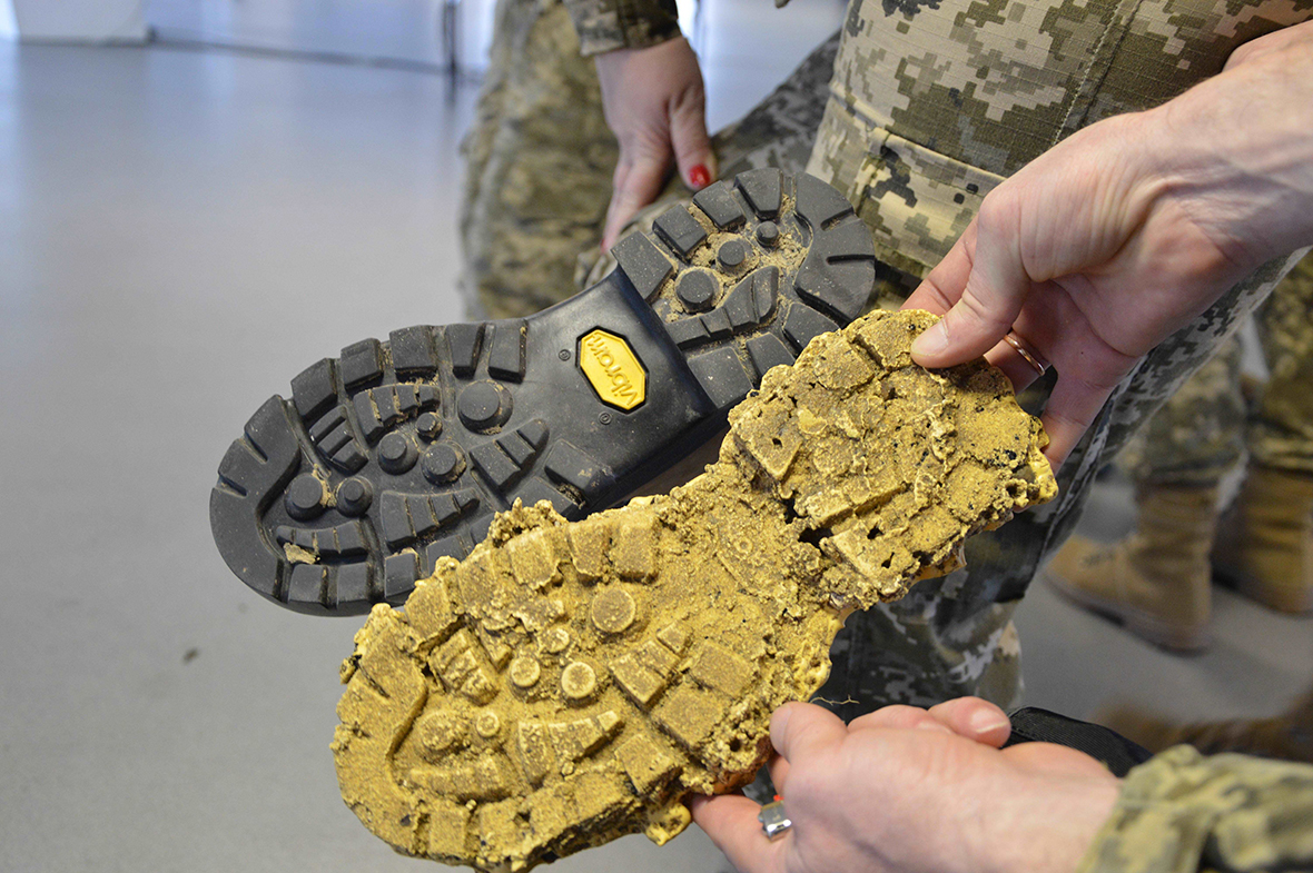 Ukrainian Military Law and Order Service students compare a footprint cast to a boot during the Military Police Investigations Course in Kyiv, Ukraine, on November 9, 2016. The course is taught by Joint Task Force – Ukraine Military Police instructors on Operation UNIFIER. (Photo: Joint Task Force – Ukraine)