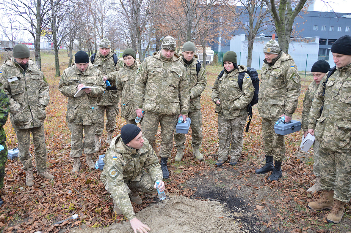 Ukrainian Military Law and Order Service students learn about gathering footprints as evidence during the Military Police Investigations Course in Kyiv, Ukraine, on November 9, 2016. The course is taught by Joint Task Force – Ukraine Military Police instructors on Operation UNIFIER. (Photo: Joint Task Force – Ukraine)