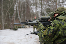 Starychi, en Ukraine. le 30 décembre 2015 – Des militaires canadiens pratiquent leurs habiletés au tir au cours de l'opération  UNIFIER, la mission d'instruction militaire du Canada en Ukraine, au Centre international de sécurité et de maintien de la paix. (Photo : Force opérationnelle interarmées Ukraine, MDN)