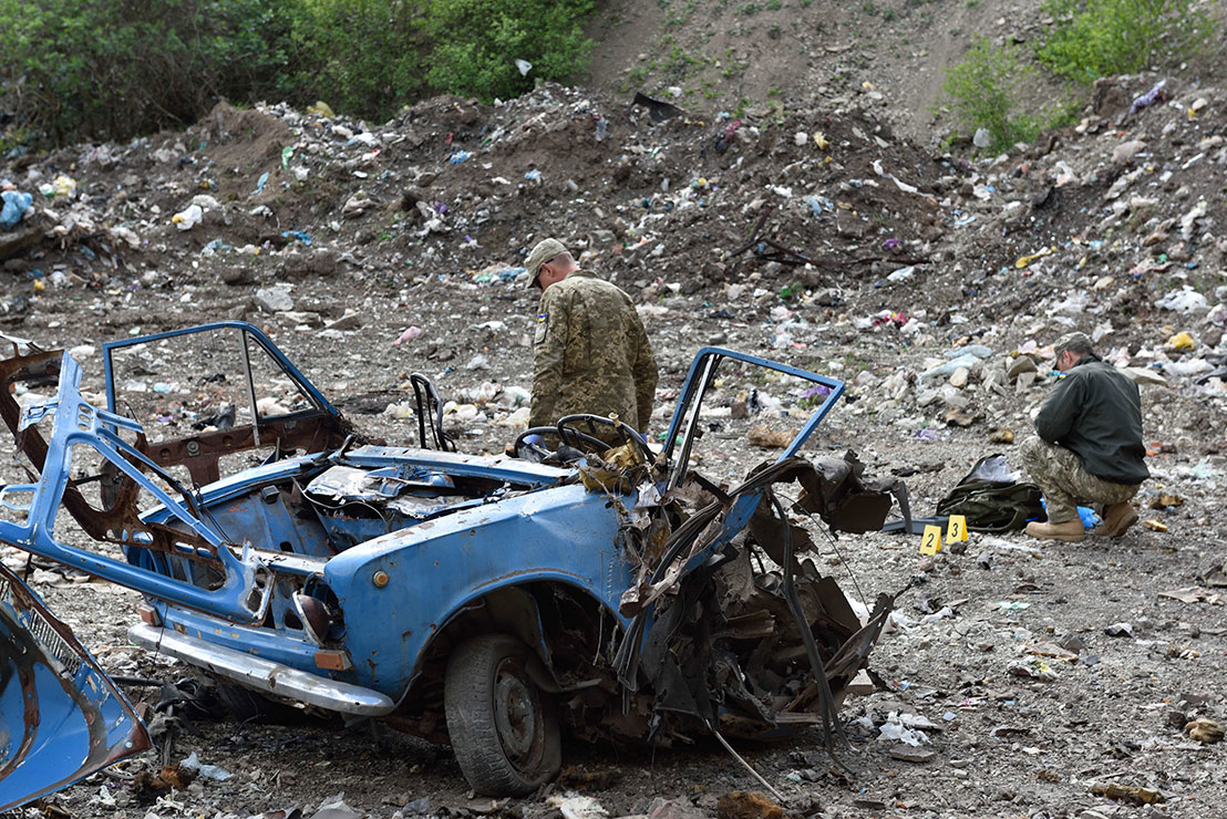 Ukraine. Canadian and Ukrainian soldiers inspect the remains of a car destroyed in a simulated attack. (Photo: DND)