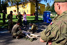 3 August 2016. A Polish soldier assists to the evaluation of a Ukrainian student on a Ukrainian lead Combat First Aid course in Yaroviv, Ukraine on 3 August 2016 during Operation UNIFIER. (Photo : Capt J.P. Coulombe, JTF-U PAO)