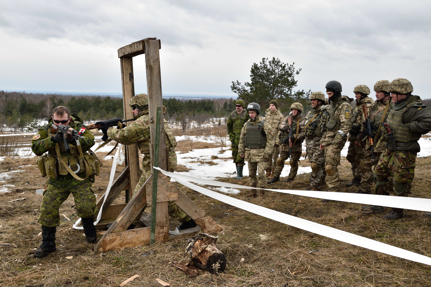 February 23, 2017. Canadian and American combat engineer instructors demonstrate door breaching and room clearing procedures to Ukrainian trainees at the International Peacekeeping and Security Centre in Starychi, Ukraine on February 23, 2017. (Photo: Joint Task Force – Ukraine)