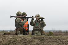 Members of the Ukrainian Armed Forces load a grenade launcher on a firing range, supervised by Canadian Armed Forces members, during Operation UNIFIER at the International Peacekeeping and Security Centre (IPSC) in Starychi, Ukraine on March 7, 2016. (Photo: Canadian Forces Combat Camera, DND)