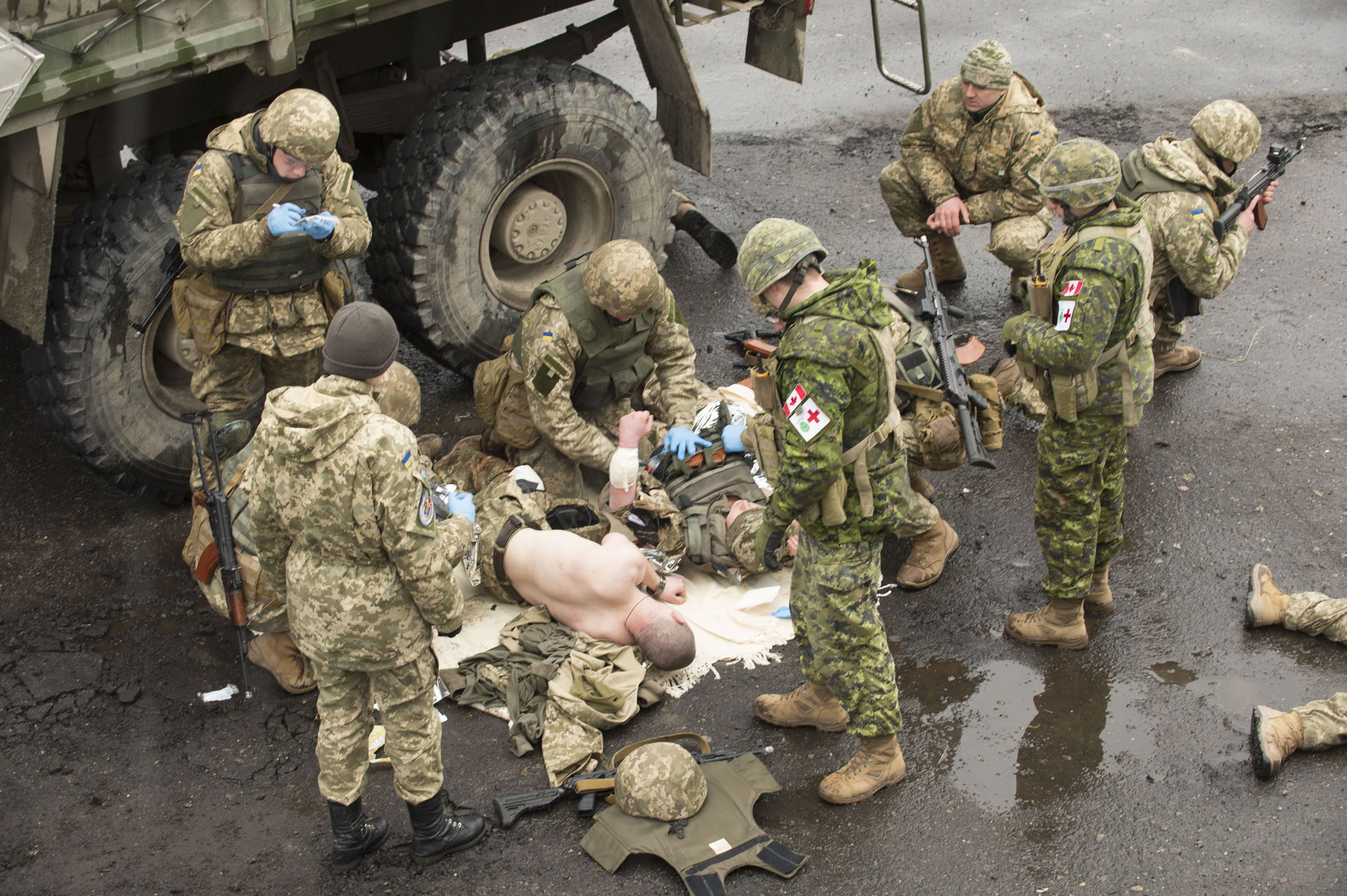 Starychi, Ukraine. 15 March 2016 – Ukrainian Armed Forces members perform combat first aid drills under the supervision of Canadian Armed Forces members during Operation UNIFIER at the International Peacekeeping and Security Centre in Starychi, Ukraine. (Photo: Canadian Forces Combat Camera, DND)