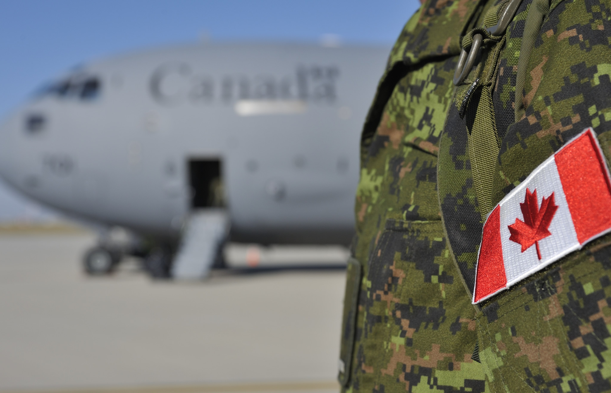25 August 2015 Canadian Armed Forces Personnel Step Off A Boeing