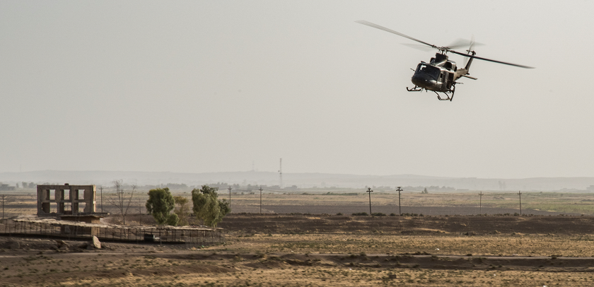 A CH-146 Griffon helicopter flies over the desert during Operation IMPACT on September 27, 2017. Photo: Op IMPACT, DND