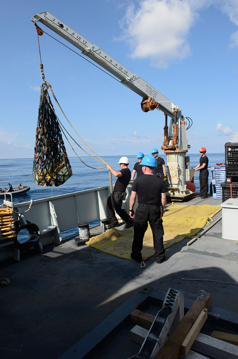 Members of Her Majesty's Canadian Ship Edmonton recover bales of illicit drugs with the ship's crane in the Eastern Pacific Ocean during Operation CARIBBE on November 18, 2016. (Photo: MARPAC Imaging Services)
