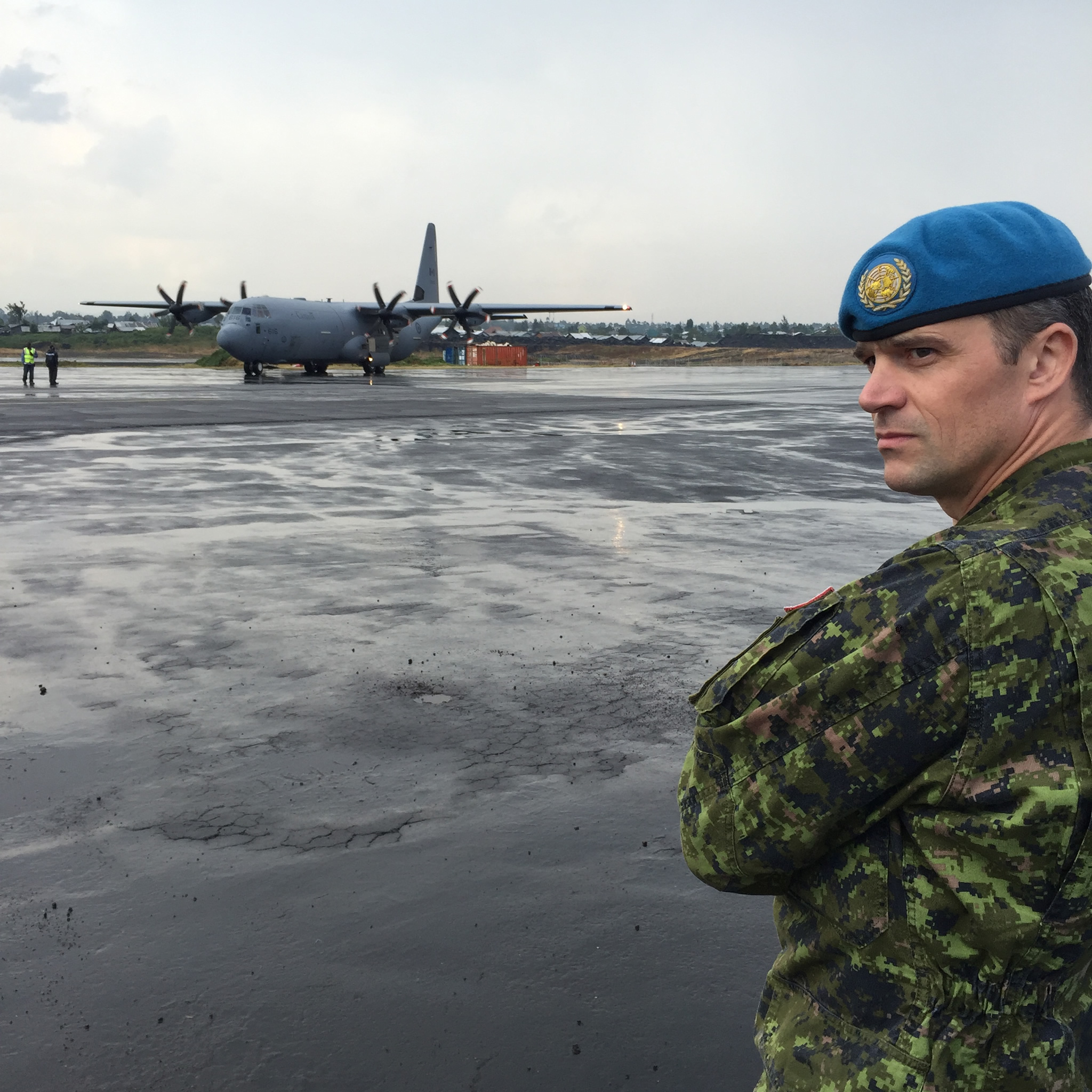 Democratic Republic of the Congo. October 2016 – Colonel Huet, the Task Force Commander of Operation CROCODILE, meets an RCAF CC-130J that is delivering goods to the Canadian contingent. (Photo credit: MONUSCO)