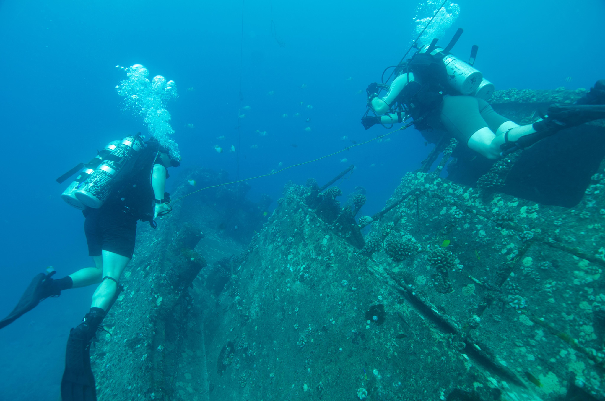Canadian Combat Dive Team Leader, Lieutenant Josh Bennett (left) and Dive Non-Commissioned Officer, Sergeant Nathan Miller search a sunken ship off the  coast of Pearl Harbor, Hawaii during RIMPAC 16 on July 16, 2016.