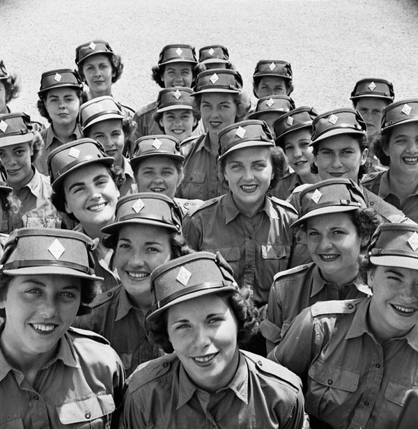 Personnel du Service féminin de l'Armée canadienne au centre d'instruction (de base) n° 3 du Service, à Kitchener (Ontario), le 6 avril 1944.