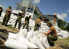 Portage la Prairie, Manitoba. 6 July 2014 - Members of 2nd Battalion, Princess Patricia's Canadian Light Infantry based out of Canadian Forces Base Shilo, Manitoba, aid locals around Portage la Prairie, Manitoba in efforts to reduce damage from flooding during Operation LENTUS 14-05. (Photo: Corporal Darcy Lefebvre, Canadian Forces Combat Camera)