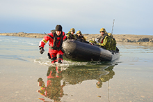 27 août 2016. A crewmember from Her Majesty's Canadian Ship MONCTON, transports members of the Royal 22e Régiment back to Rankin Inlet, Nunavut on August 27, 2016 during Operation NANOOK. (Photo: Petty Officer Second Class Belinda Groves, Task Force Imagery Technician)