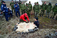 August 28, 2016. Members of 1 Canadian Ranger Patrol Group demonstrate how to make an emergency shelter during survival skills training near Rankin Inlet, Nunavut during Operation NANOOK 2016 on August 28, 2016. (Photo: Petty Officer Second Class Belinda Groves, Task Force Imagery Technician)