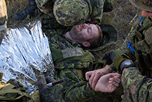 August 28, 2016. Canadian Armed Forces members of 41 Fighting Troop from 12e Régiment blindé du Canada (12 RBC) from Canadian Forces Base Valcartier, Quebec conduct first-aid training at the Haines Junction Forward Operating Base during Operation NANOOK on August 28, 2016. (Photo: Cpl Chase Miller, CFSU(O) - Imaging Services)
