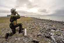 August 26, 2016. A Pathfinder from Royal 22e Régiment, Valcartier Quebec, provides over watch as the Royal 22e Régiment arrive at the beach landing site outside of Rankin Inlet, Nunavut on August 26, 2016 during Operation NANOOK. (Photo: Petty Officer Second Class Belinda Groves, Task Force Image Technician)