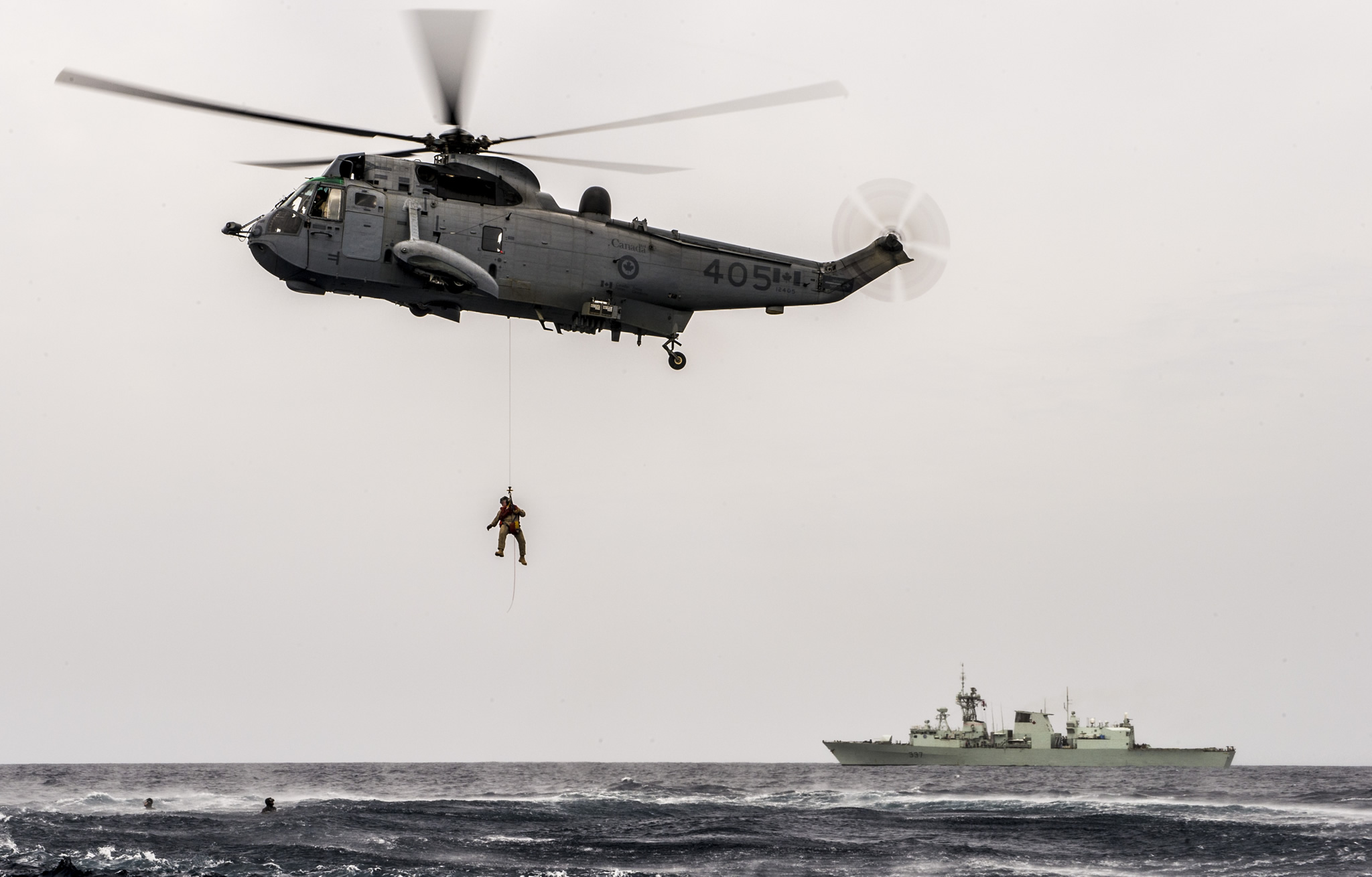2 March 2016. Members of Her Majesty's Canadian Ship FREDERICTON Air Detachment and the ship's divers perform rescue training from the CH-124 Sea King helicopter during Operation REASSURANCE on March 2, 2016. (Photo: Corporal Anthony Chand, Formation Imaging Services)