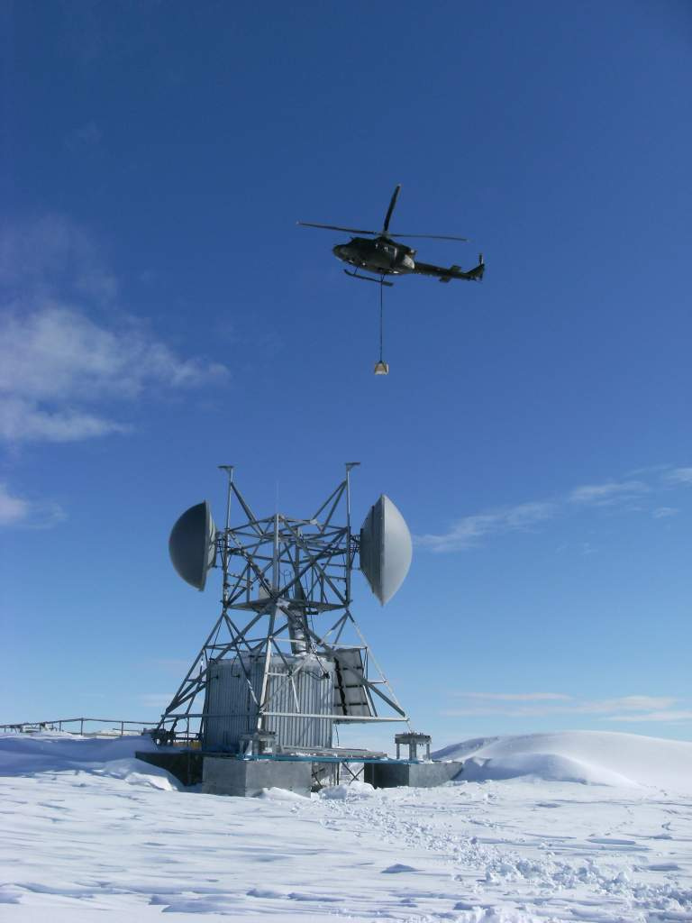 Ellesmere Island, Nunavut, 2013 – A CH-146 Griffon helicopter slings a battery over the site codenamed WHISKEY. (Photo by: Canadian Armed Forces)