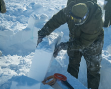 Resolute Bay, Nunavut. 4 April 2016. A member of the 2nd Battalion, The Royal Canadian Regiment cuts blocks of snow to build a snow shelter near Resolute Bay, NU, in preparation for Operation NUNALIVUT April 4, 2016. (Photo: Cpl Parks, Task Force Image Technician)