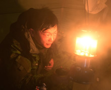 Resolute Bay, Nunavut. 3 April 2016. Corporal Dan Kim, a Medical Technician from 23rd Field Ambulance, checks carbon monoxide levels inside an arctic tent near Resolute Bay Nunavut during Operation NUNALIVUT on April 5, 2016. (Photo: PO2 Belinda Groves, Task Force Image Technician)