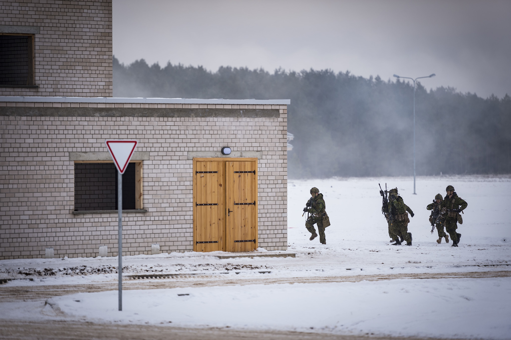 Members of 2 Platoon, Alpha Company, 1 Princess Patricia's Canadian Light Infantry assault a building on Distinguished Visitor day at the end of  Exercise IRON SWORD in Silvestras Zukauskas Pabrade Training Area, Lithuania, during Operation REASSURANCE on December 2, 2016. (Photo: Corporal Jay Ekin, Operation REASSURANCE Land Task Force Imagery Technician)
