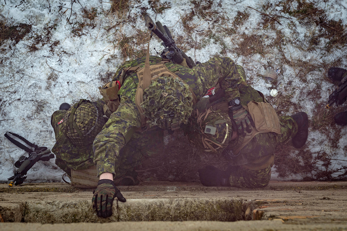 January 25, 2017. Members from Alpha Company (A Coy), 1 Princess Patricia's Canadian Light Infantry (1 PPCLI) assist their platoon mate in entering a building during urban operations training on Exercise MAPLE DETACHMENT 5 (MD5) in Wedrzyn Training Area Poland as part of Operation REASSURANCE on January 25, 2017. (Photo: Cpl Jay Ekin, Operation REASSURANCE Land Task Force Imagery Technician)