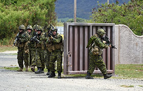 "Kaneohe Bay, Marine Corps Base Hawaii. 27 June 2014 – Troops from The 3rd Battalion Princess Patricia's Canadian Light Infantry (3PPCLI), 7 Platoon, ""C"" Company advance into a compound in a make-shift village at the Marine Corps Training Area Bellows as part of non-live fire military training activities during Exercise Rim of the Pacific (RIMPAC). (Photo: Sgt Matthew McGregor, Canadian Forces Combat Camera)"