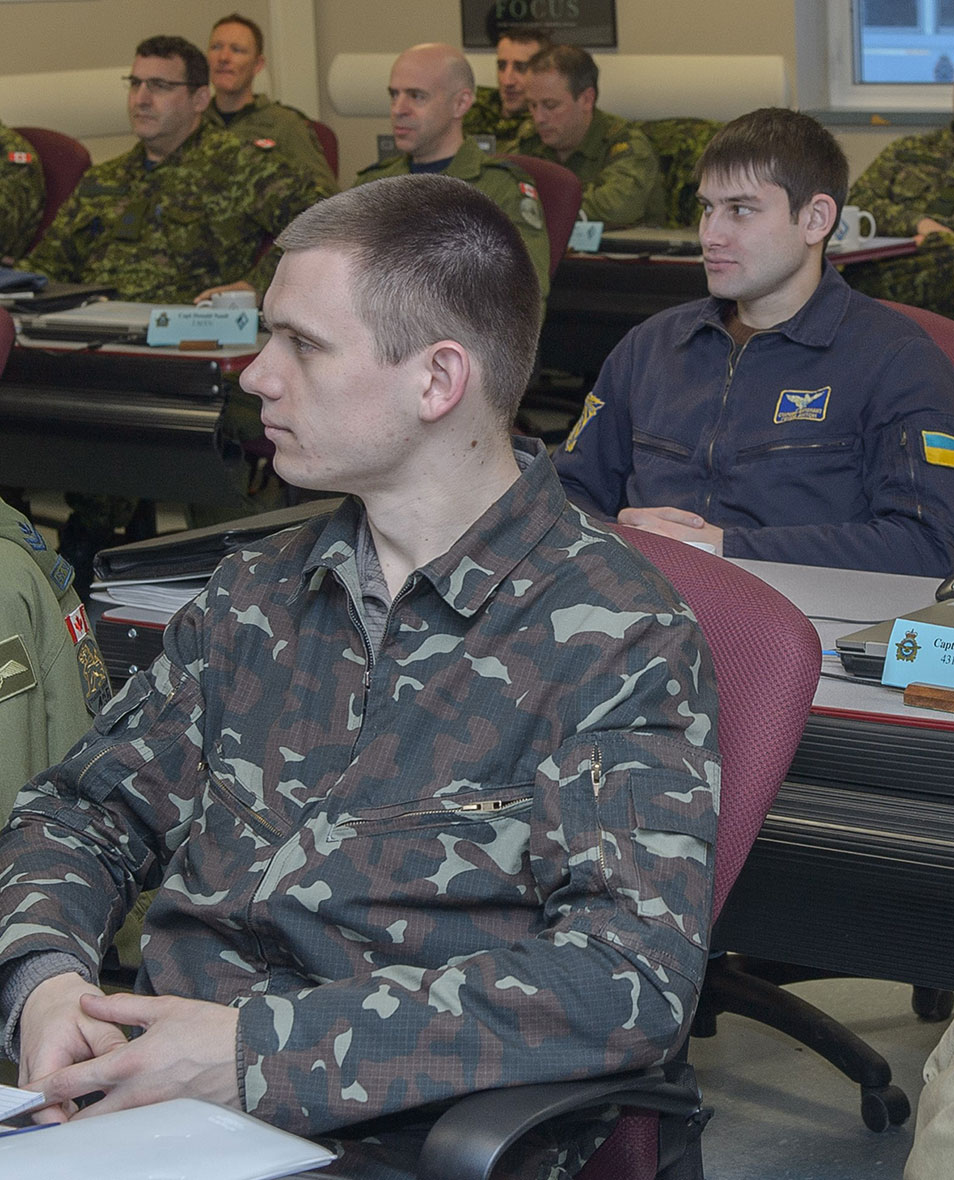 Ukrainian Air Force officers Captain Vitalii Fedoryshyn (front) and Captain Anton Genov (second row) joined Canadian Armed Forces personnel during a flight safety course conducted in Winnipeg, Manitoba, in January 2016 under Operation UNIFIER. (Photo: Corporal Gabrielle DesRochers)