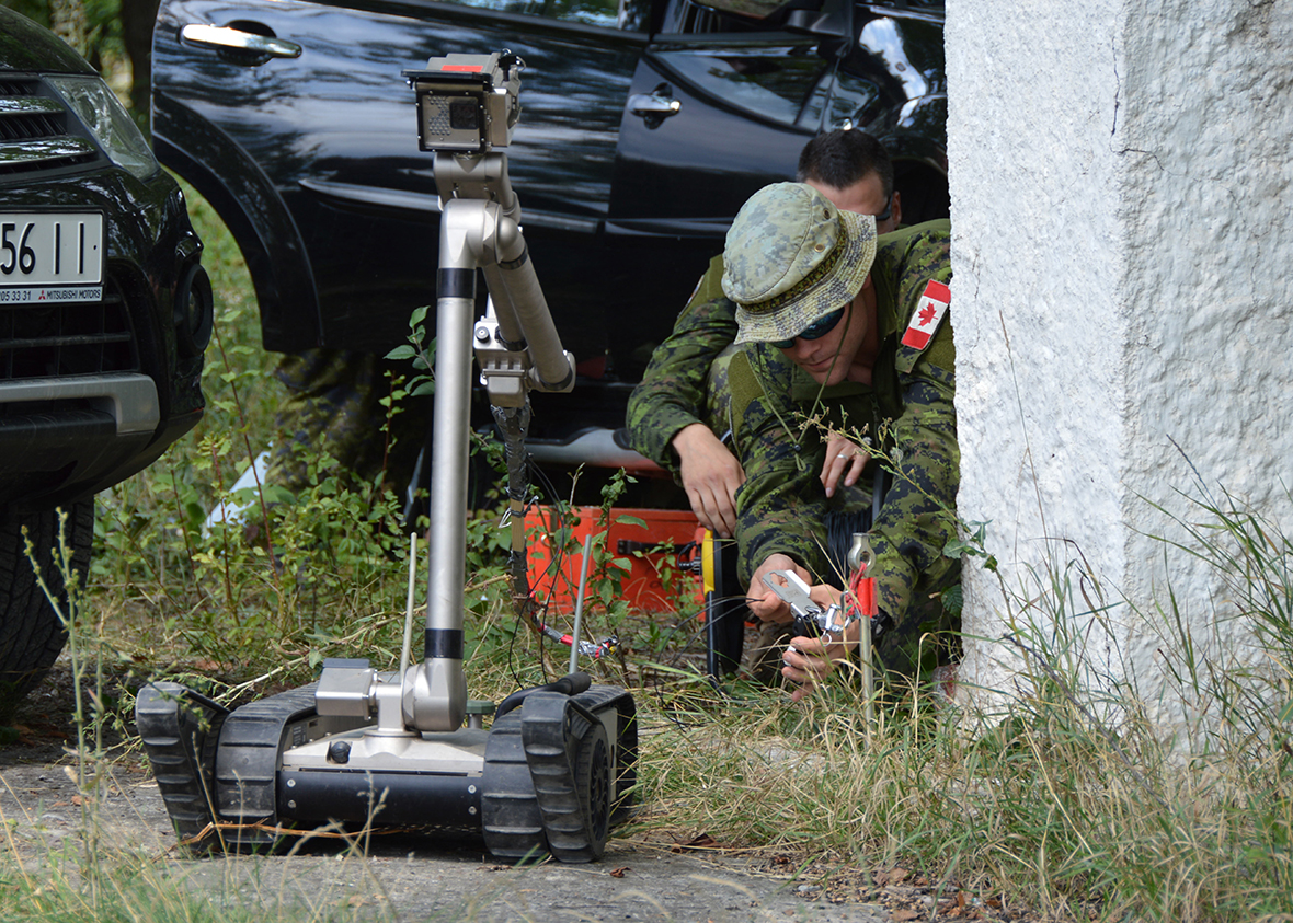 Kamyanets-Podilsky, Ukraine. 15 August 2016 – Canadian Combat Engineers conduct a demonstration for Ukrainian soldiers as part of  Explosive Ordnance Disposal training during Operation UNIFIER at the Ukrainian Demining Centre. (Photo: Joint Task Force Ukraine)